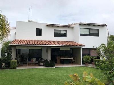 Jurica. Amplia Casa En Privada Con Hermoso Jardín!!