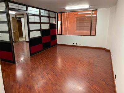 Amplia Oficina Ubicada En Chicó. 74 Metros Cuadrados.