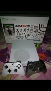 Xbox One S 1 Tb + 2 Controles + 3 Par De Pilas Recargables
