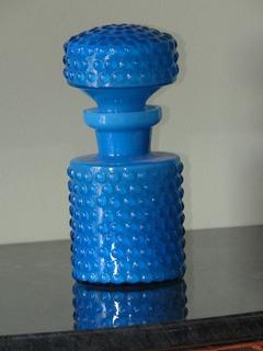 Garrafa Em Vidro Opalinado Azul Celeste Goras Em Relevo
