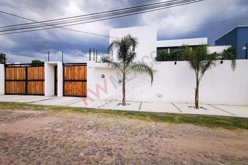 Casa En Venta En Villas Del Mesón Con Excelente Terreno.