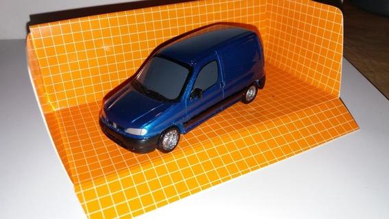 Escala 1.43 Berlingo Furgon Color Azul Francia