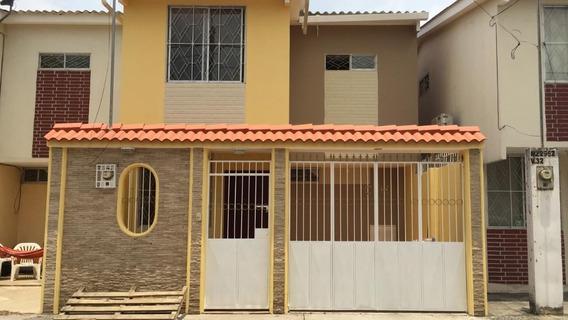 Casa De Dos Plantas, Con Garaje, Casi Nueva
