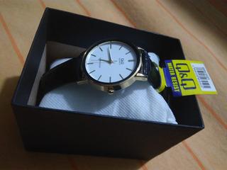 Reloj Q&q Hombre Cuero/base Metal Dorado/fondo Blanco
