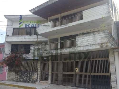 Venta Casa Grande 7 Habitaciones 3 Pisos Centro Tuxpan Veracruz. Ubicada En La Calle Lerdo De Tejada En La Colonia Centro De La Ciudad Y Puerto De Tuxpan Veracruz. En Planta Baja Cuenta Con 1 Baño Co