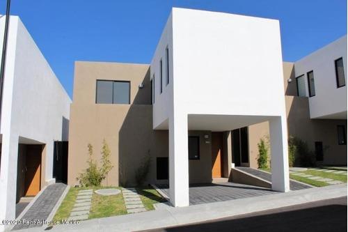 Qh-casa Amueblada En Renta Tiene 3 Recamaras Y 3 Baños