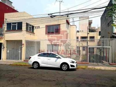 Lindavista, Cdmx. Amplia Casa En Venta En Calle Cerrada.