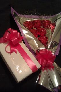 Ramo Rosas De Chocolate Rellenas Y Caja De Bombones