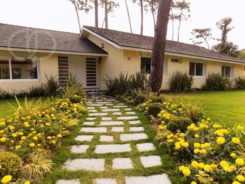 Casa De 4 Dormitorios Y Piscina Climatizada En Punta Del Este, Playa Mansa. - Ref: 42908
