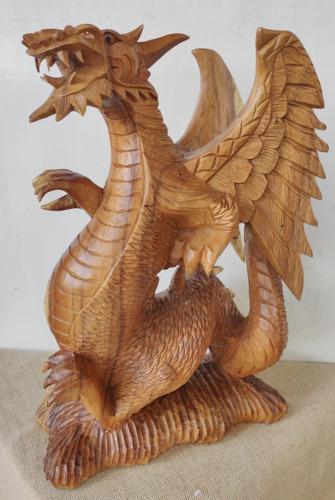 Dragão Esculpido Em Madeira
