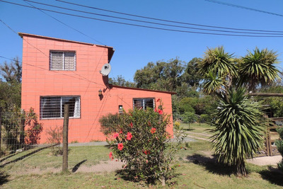 Casa De Dos Pisos A Una Cuadra Y Media De La Playa.