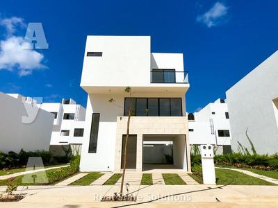 Casa En Venta De 3 Recámaras, Terraza, Cuarto Servicio, Paneles Solares, Supermanzana 329, Cancún