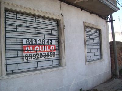 Casa Al Frente A Metros De Gral. Flores Y Corrales