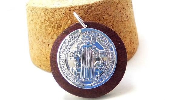 Medalla De San Benito En Plata Fina .925 Y Madera De Rosal
