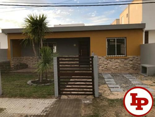 Casa De 3 Dorm, Todo A Nuevo Pronta Para Entrar, Financia.