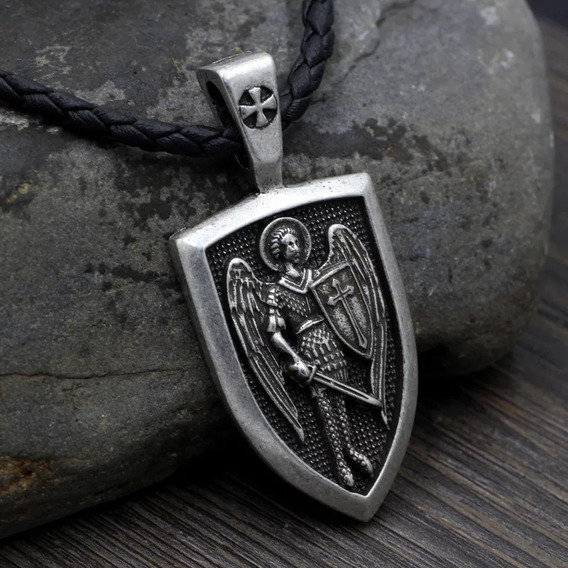 Colar Arcanjo Pisando No Demônio Prateado - Anjo Miguel