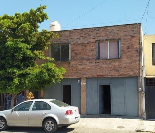 Casa A Una Cuadra Del Mercado De Abastos Con 2 Est.