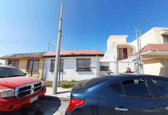 Casa 3 Recámaras, Un Baño, Estacionamiento Y Patio Trasero.