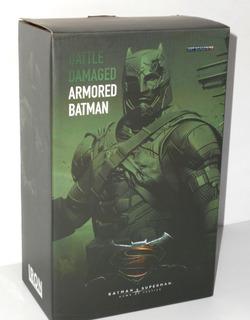 Battle Damaged Armored Batman - Iron Studios - Superman