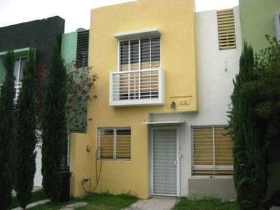Casa De 2 Niveles Con 3 Recámaras.