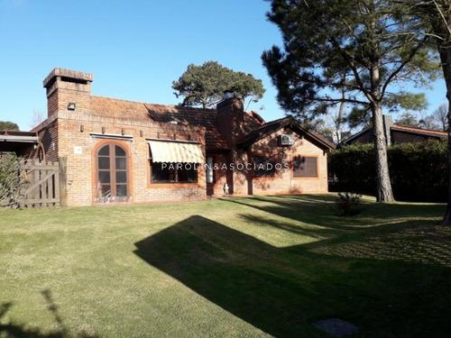 Solida Casa En Jardines De Cordoba- Ref: 2539