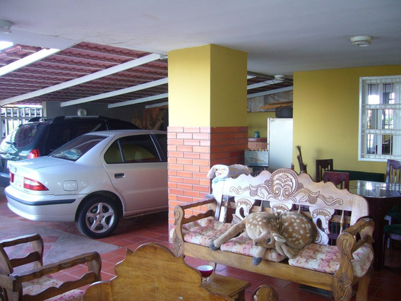 Amplio Apartamento Estilo Casa En Urb. Río Aro I