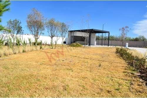 Terreno En Venta Cerca De Zona Industrial, Pozos, Zibari Residencial. $650,700.00