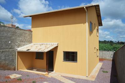 Casa De 2 Quartos Com Área Extensa, Varanda Em Telhado Colonial, 3 Vagas De Garagem E Área De Serviço Coberta! - Bmc229