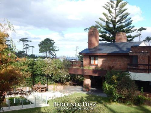 Hermosa Casa Con Excelente Entorno Natural Y A Solo Una Cuadra De Playa Mansa En Pinares- Ref: 101