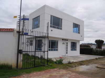 Casa De Dos Pisos, 6 Ambientes Y 4 Baños