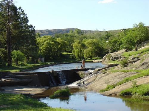 Imagen 1 de 14 de Cabaña De Piedra Y Troncos Cerca Del Rio Tanti Para 4-5 Pers