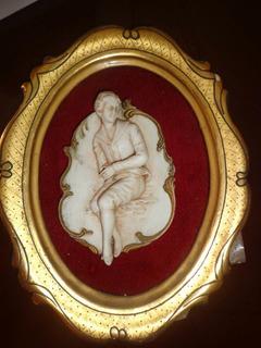 Medallon De Madera Con Figura En Relieve De Porcelana