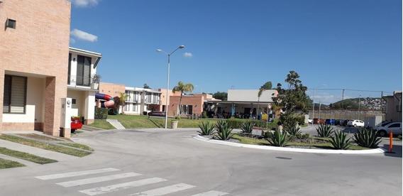Se Vende Hermosa Casa En Puerta De Piedra, 3 Recamaras, Alberca, 2.5 Baños,..