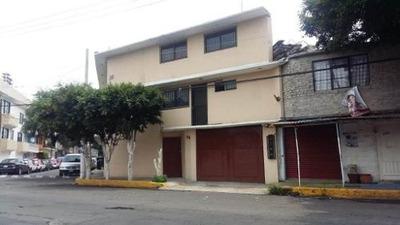 Magnifica Casa En Esquina Construida En 3 Niveles, Cuenta Con 3 Locales Comerciales A Pie De Calle.