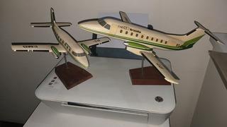 Lote De 2 Maquetes De Aviões Embraer Em Resina