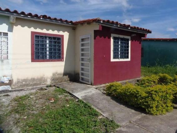 Casa En Venta En Acarigua Centro 19-2981 Rb