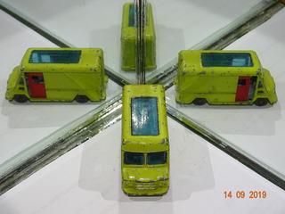 Miniatura Husky Walk Thru Van B142