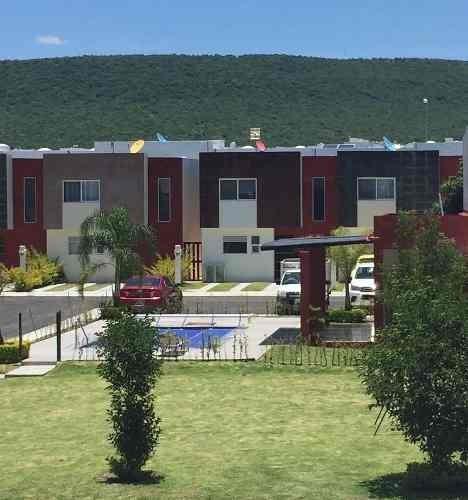 Hermosa Casa En El Refugio, 3 Recámaras, 2.5 Baños, Jardín, De Oportunidad !!