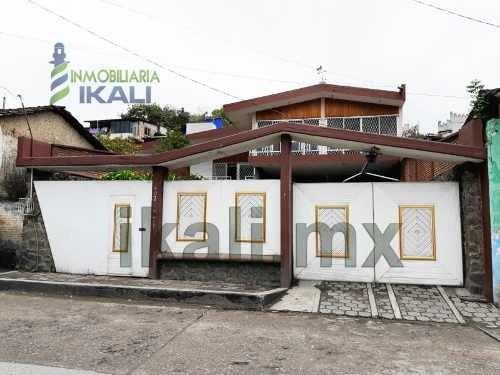 Vende Casa 4 Recamaras Colonia Centro Papantla Veracruz. Conveniente Ubicación, 3 Niveles Con Todos Los Servicios, Consta De 4 Recamaras Amplias Y Climatizadas, 2 Baños Completos Y 3 Medios Baños, Cu