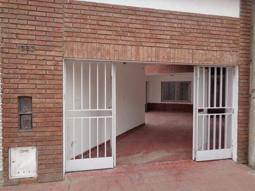 B° San Martín - Casa De 3 Dormitorios Amplia Y Luminosa Con Cochera Cubierta Para 3 Vehículos Y Patio Con Asador