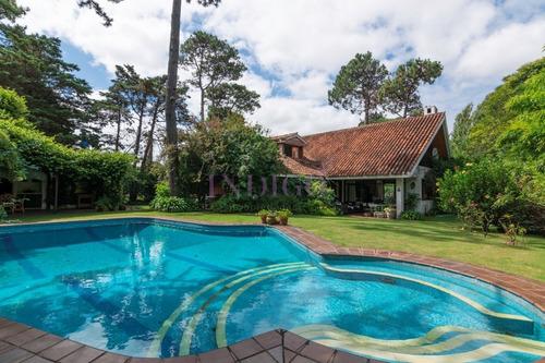 Espectacular Casa Con Excelentes Metrajes Y Muy Bien Ubicada- Ref: 676