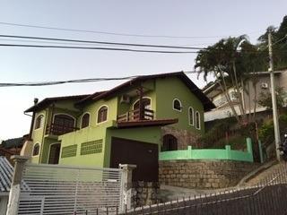 Casa Com 8 Cômodos + 3 Banheiros.