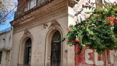 Casa Dos Plantas De Estilo , Cochera . Zona Comercial