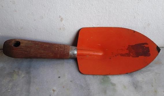 702 Prd- Ferramenta- Antiga Pazinha Larga Metal Para Jardinagem Com Cabo De Madeira