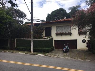Casa Térrea Em Estilo Colonial Com Lareira E Imenso Jardim
