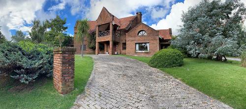 Hermosa Casa En Zona Residencial Colonia