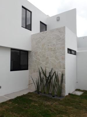Hermosa Casa En Cañadas Del Arroyo, Gran Jardín, 3 Recámaras, 160 M2, De Lujo !