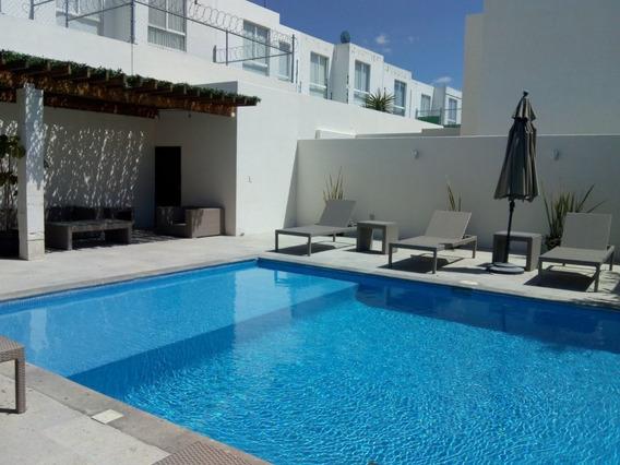 Casa Con Jardín En Venta, En Condominio Con Alberca