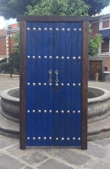 Portón De Madera Con Puerta De Acceso