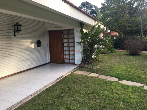Casa En Punta Del Este, En Venta, De 3 Dormitorios En Parada 18 De Playa Mansa A Unas Cuadras Del Mar, Ideal Para Vivir Todo El Año- Ref: 26606